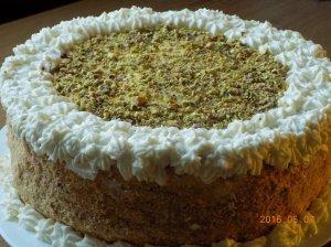 Nuostabus medaus tortas su džiovintomis slyvomis