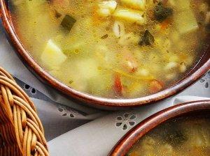 Nostalgiška perlinių kruopų sriuba su raugintais agurkais