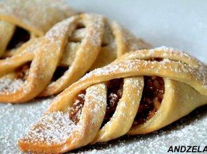 Burnoje tipstantys pyragėliai su obuoliais