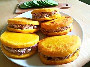 Arepas - venesuelietiškas sumuštinis su tunu