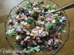 Brokolių salotos su džiovintomis spanguolėmis, kumpiu ir sūriu