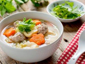 Šviežių kopūstų sriuba su mėsos kukulaičiais