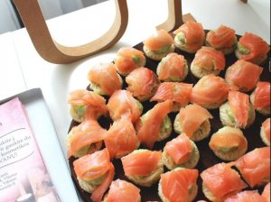 Vieno kąsnio sumuštiniai su avokadu ir lašiša
