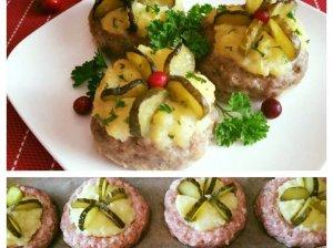 Faršo lizdeliai su bulvių koše ir raugintais agurkais
