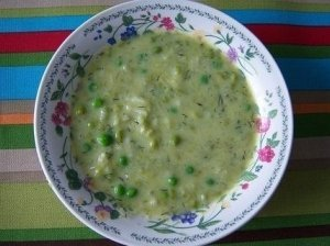 Raugintų agurkų sriuba su vištų širdelėmis