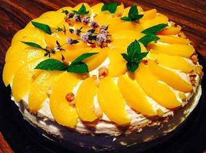 Karamelinis maskarponės sūrio tortas su konservuotais persikais