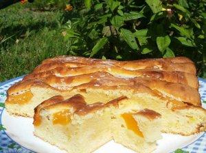 Sviestinis pyragas su konservuotais persikais