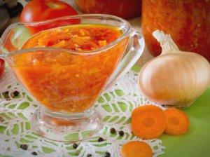 Morkų ir svogūnų mišrainė su pomidorų padažu žiemai