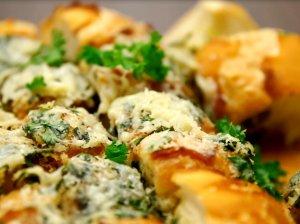 Česnakinė duona su sūriu ir žalumynais