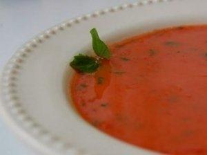Pomidorų sriuba su bazilikais