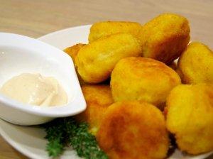 Traškūs bulvių ir sūrio kamuoliukai su aštriu česnakiniu padažu