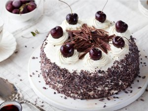 Kondensuoto pieno biskvito tortas su grietininiu kremu