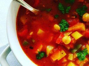 Soti pomidorinė sriuba su avinžirniais ir daržovėmis