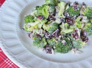 Brokolių salotos su džiovintomis spanguolėmis ir saulėgrąžomis