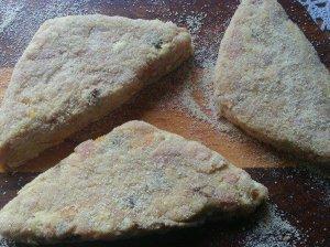 Lengvi vištienos faršo kepsneliai keptuvėje su džiovintais abrikosais ir razinomis