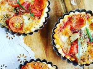 Sluoksniuotos tešlos krepšeliai su mocarela sūriu ir pomidorais