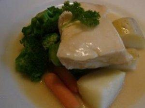 Piene troškinta žuvis su padažu
