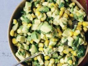 Brokolių salotos su avokadais ir kukurūzais