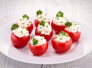Pikantiškai įdaryti pomidoriukai - gražu ir labai skanu!