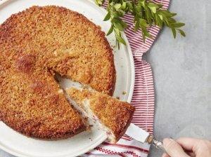 Biskvitinis pyragas su bruknėmis ir kokosų iriso glajumi