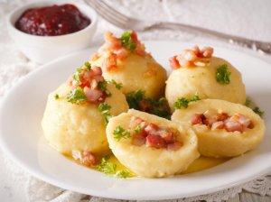 Bulvių virtinukai (bulvinukai) su šonine