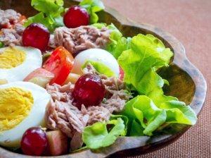 Tuno salotos su vynuogėmis