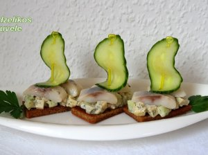 Keptos duonos sumuštinukai su silke ir avokadu