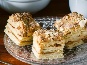 Greitas sluoksniuotos tešlos tortas su karamele ir riešutais