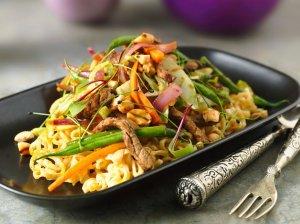 Tailandietietiška jautiena su daržovėmis ir paskrudintais anakardžių riešutais