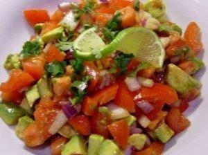 Vyšninių pomidorų ir avokadų salotos