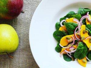 Gaivios špinatų salotos su mangais