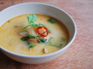 Tailandietiška sriuba su vištiena ir krevetėmis