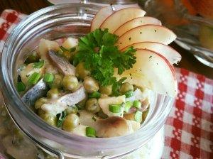 Silkės salotos su obuoliais ir žirneliais