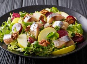 Gaivios silkės salotos su obuoliais ir burokėliais (be majonezo)