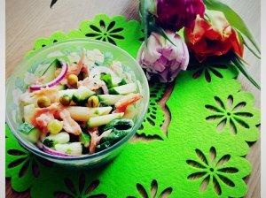 Sočios makaronų salotos su rūkyta lašiša ir daržovėmis