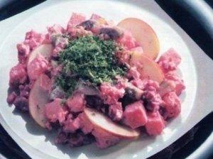 Silkės salotos su burokėliais ir bulvėmis