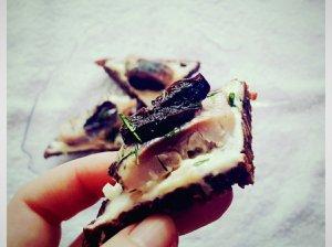 Silkės sumuštinukai su džiovintomis slyvomis
