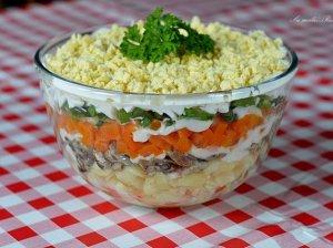 Sluoksniuotos šprotų salotos