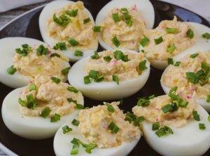 Įdaryti kiaušiniai su lydytu sūriu