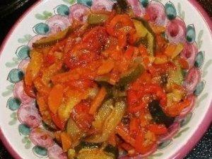 Šiltos daržovių salotos prie mėsos