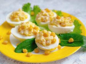 Įdaryti kiaušiniai su kukurūzais