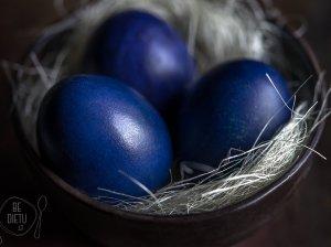 Mėlynėmis (arba mėlynių uogiene) natūraliai dažyti margučiai