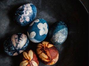 Žolelių ir gėlių raštais natūraliai marginti kiaušiniai
