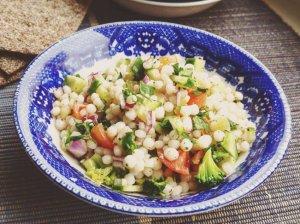 Perlinio kuskuso ir daržovių salotos
