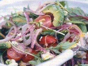 Salotos iš avokado, raudonojo svogūno ir feta