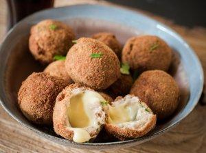 Traškūs vištienos ir sūrio kamuoliukai