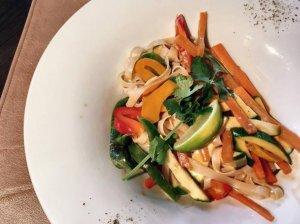 Tailandietiški ryžių makaronai su traškiomis daržovėmis