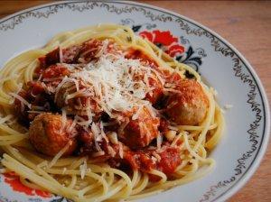 Vištienos kukuliai su pomidorų padažu