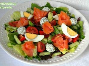 Gaivios salotos su lašiša ir naminiais sūrio kamuoliukais