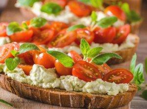 Maistingi pusryčių sumuštiniai su avokado kremu
